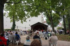Blick über die Gemeinde Richtung Pavillon