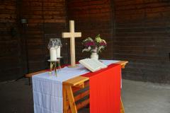 Der Altar im Pavillon ist ein einfacher Tisch aus groben Holzleisten, stabil konstruiert.
