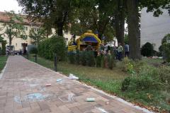 Auf dem Hochzeitsweg sind Kinderzeichnungen mit Kreide, im Hintergrund die Hüpfburg.