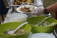 Blick auf das Speisenangebot: Grillwurst, Kartoffelsalat, Grillkartoffel, Kräuterquark.